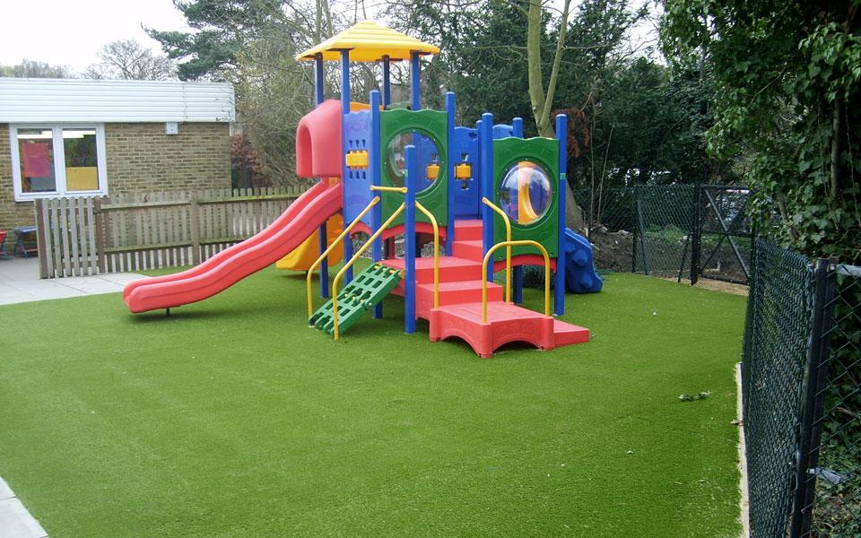 instalación de césped sintético en zonas infantiles